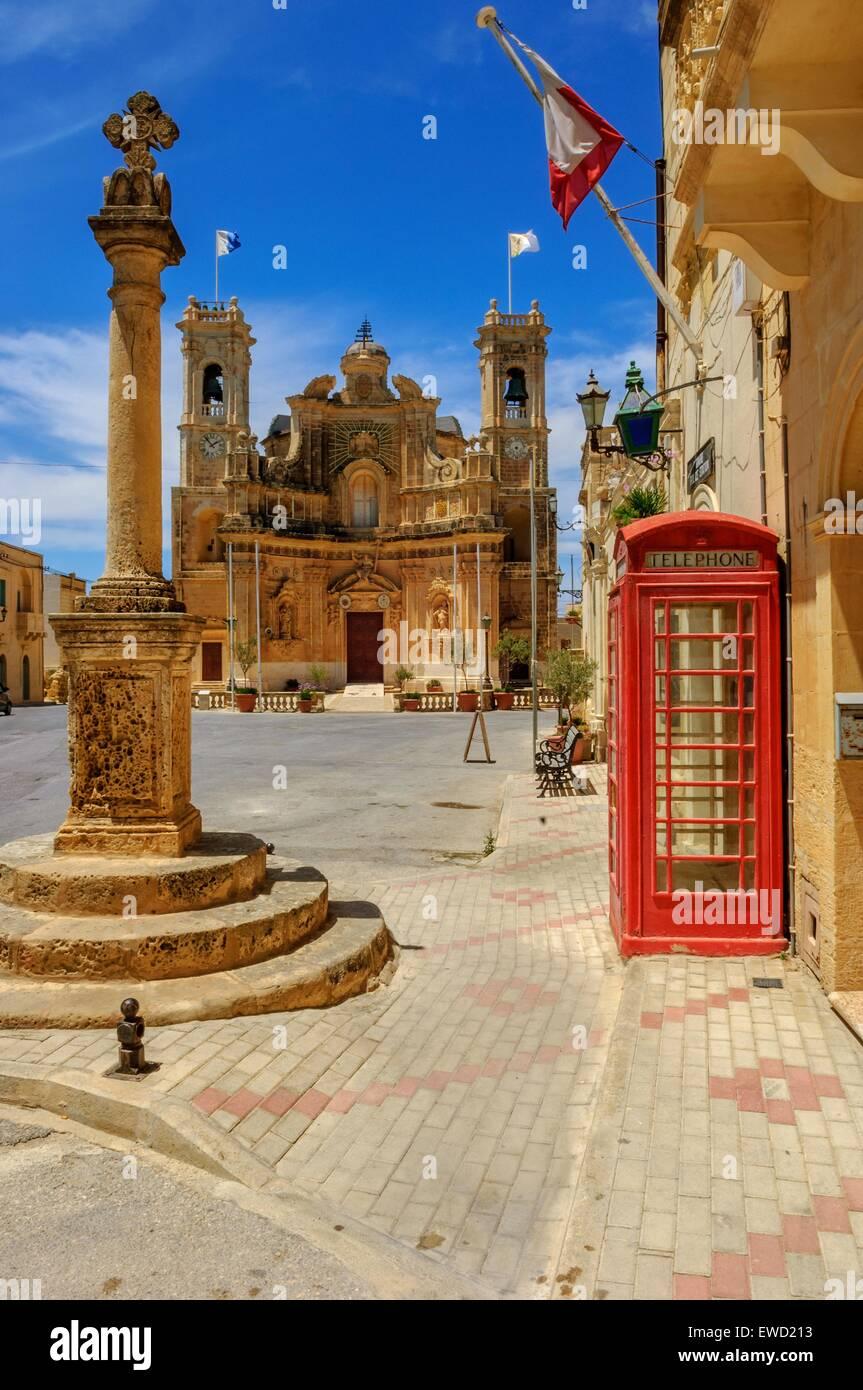 Chiesa della Visitazione e telefono rosso box Gharb, Gozo Malta Immagini Stock