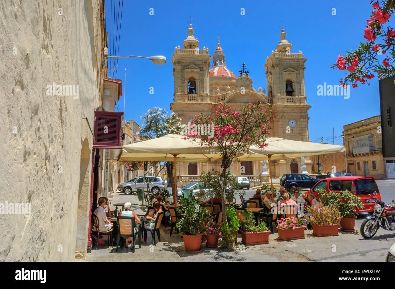Xaghra Chiesa e ristorante. Isola di Gozo. Malta Immagini Stock