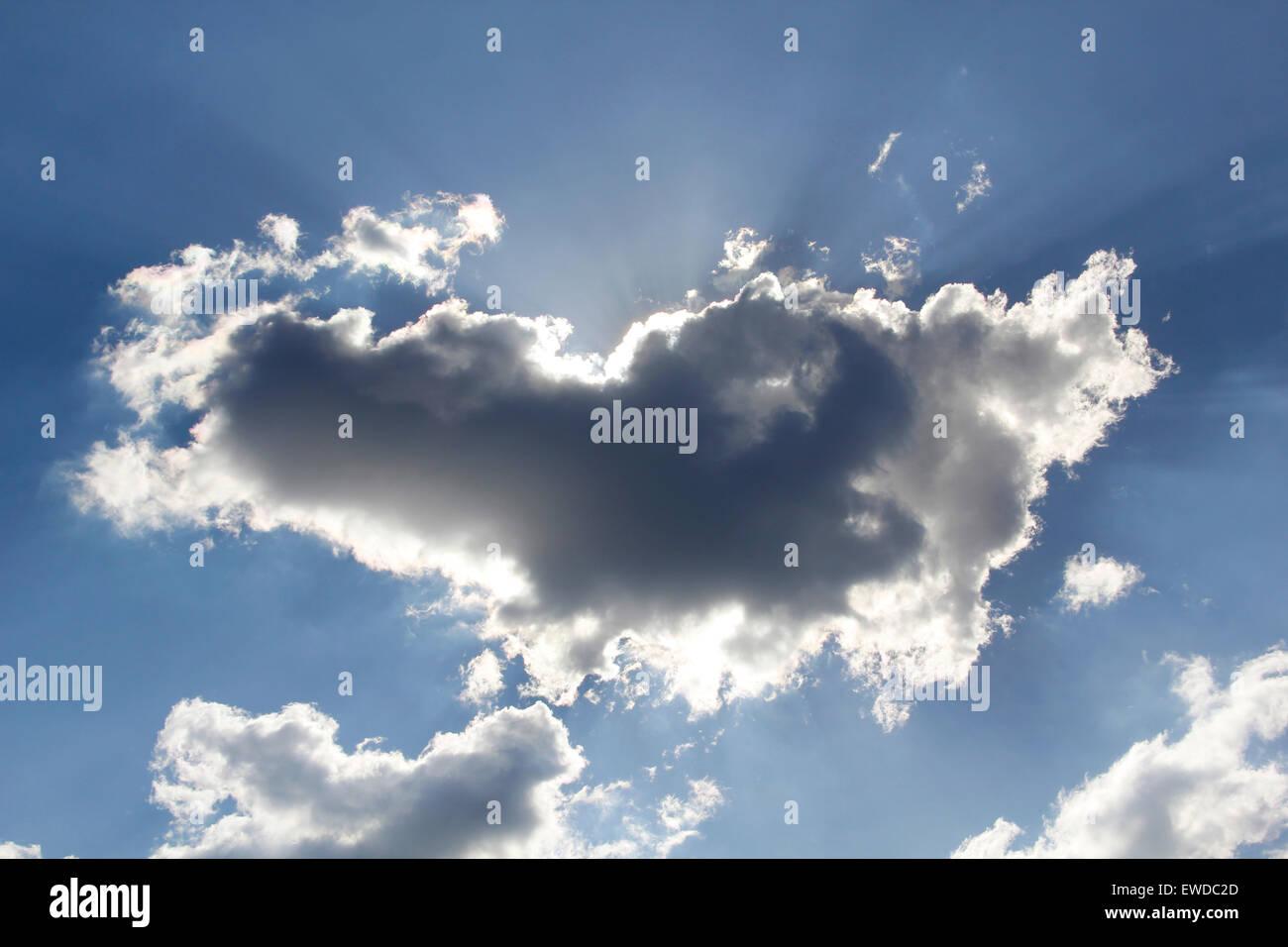 Nuvole bloccando il sole nel cielo Immagini Stock