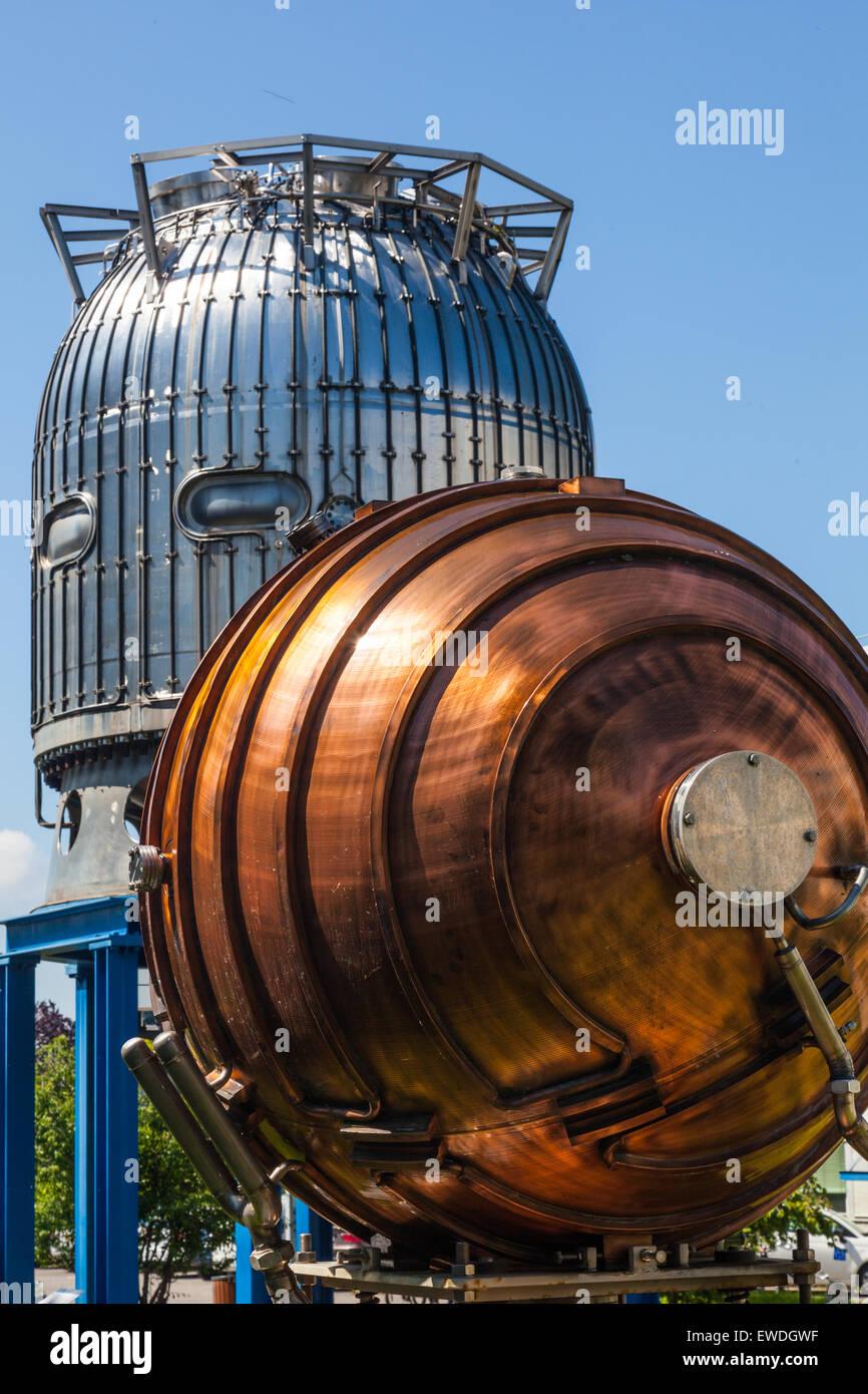 Camera di bolla e rame rf del dispositivo di accelerazione sul display al CERN di Ginevra, Svizzera Immagini Stock