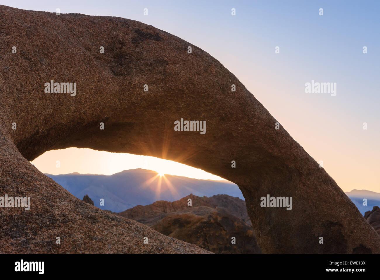 Sunrise a Mobius Arch in Alabama Hills con la vista verso la Sierra Nevada, in California, Stati Uniti d'America. Immagini Stock