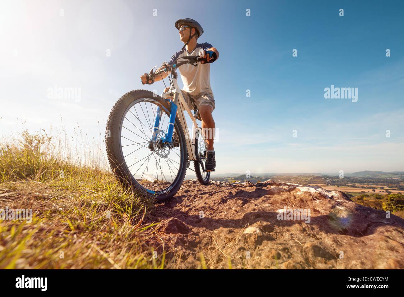 Mountain biker in azione Immagini Stock