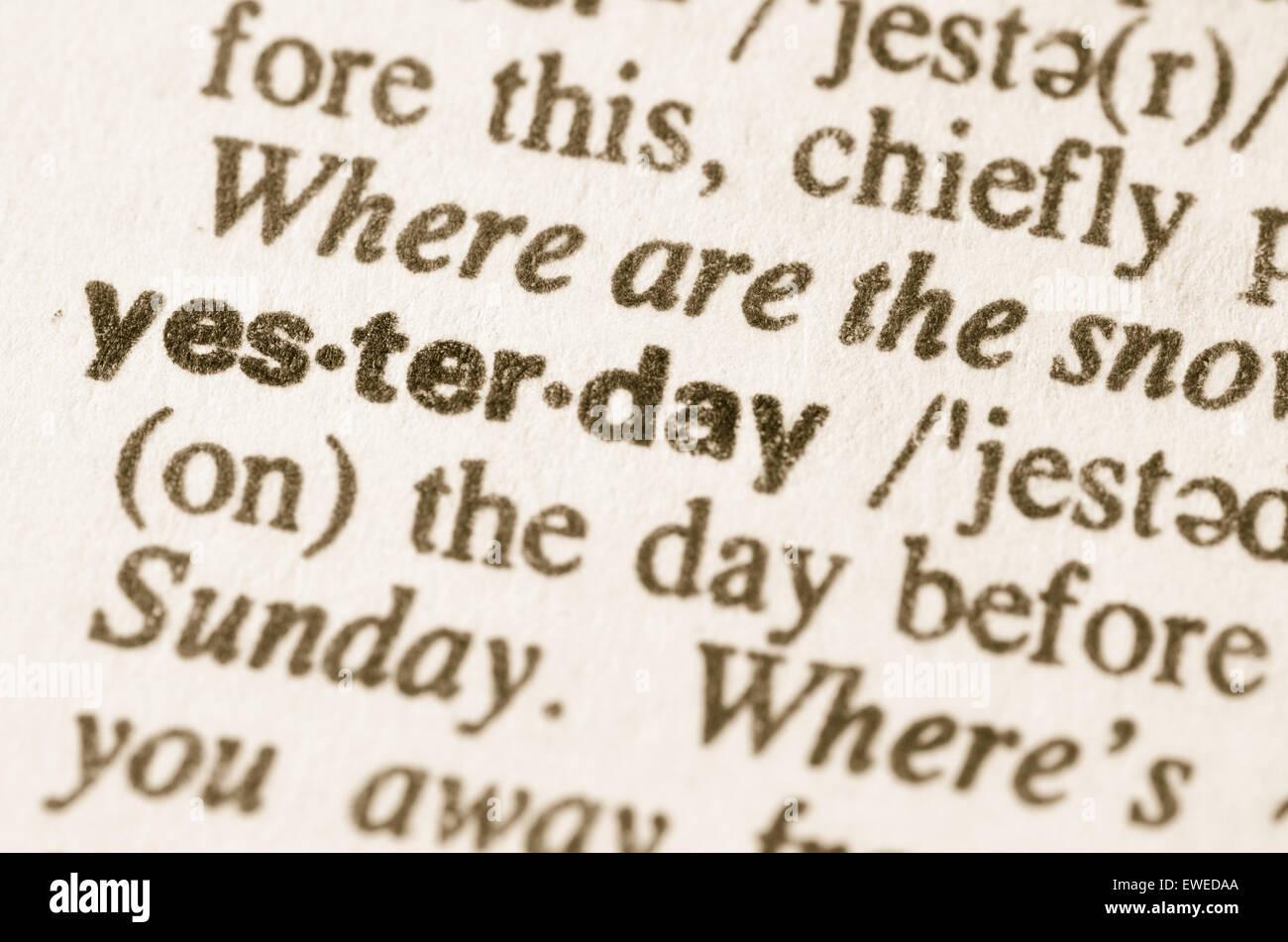 Definizione di ieri di parola nel dizionario Immagini Stock
