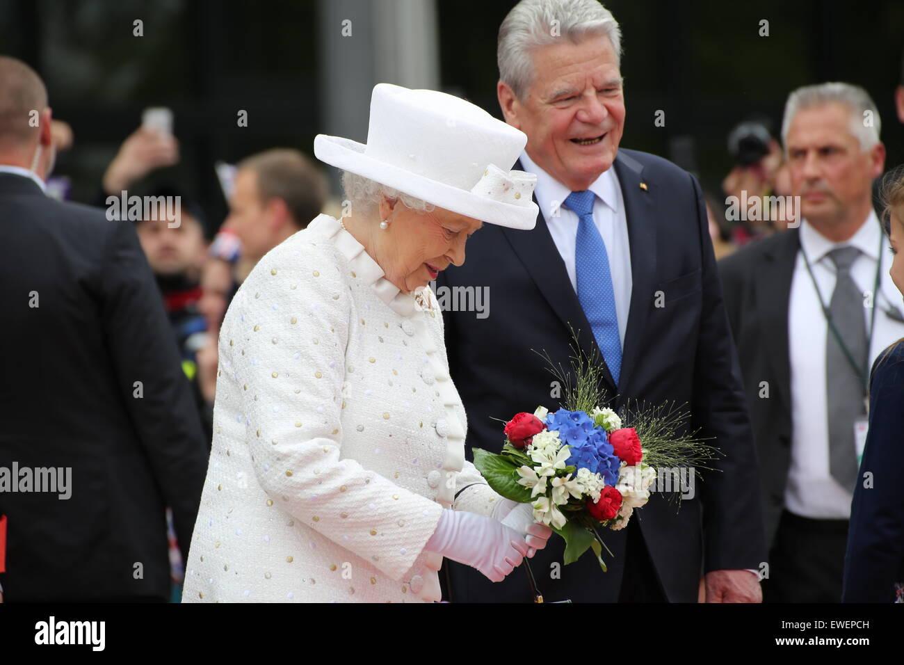 Berlino, Germania. Il 24 giugno 2015. Sua Maestà la Regina Elisabetta II riceve un bouquet, accompagnato dal Presidente Joachim Gauck presso l'Università di Tecnologia di Berlino. © Madeleine Lenzo/Pacific premere /Alamy Live News Foto Stock