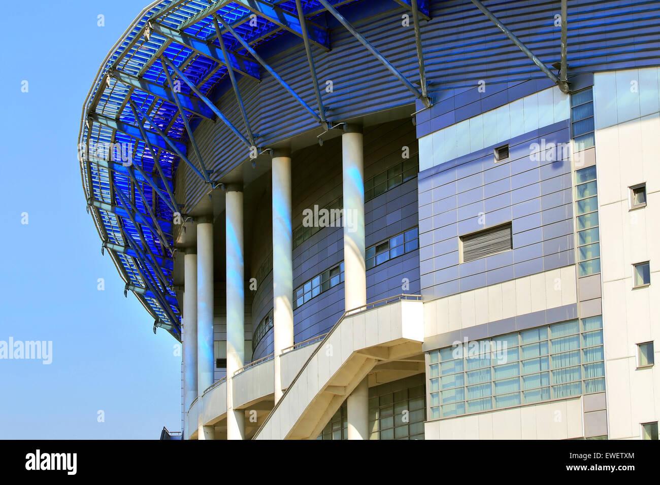 Strutture in cemento armato di grandi strutture sportive con pilastri di supporto e cavi di acciaio Immagini Stock