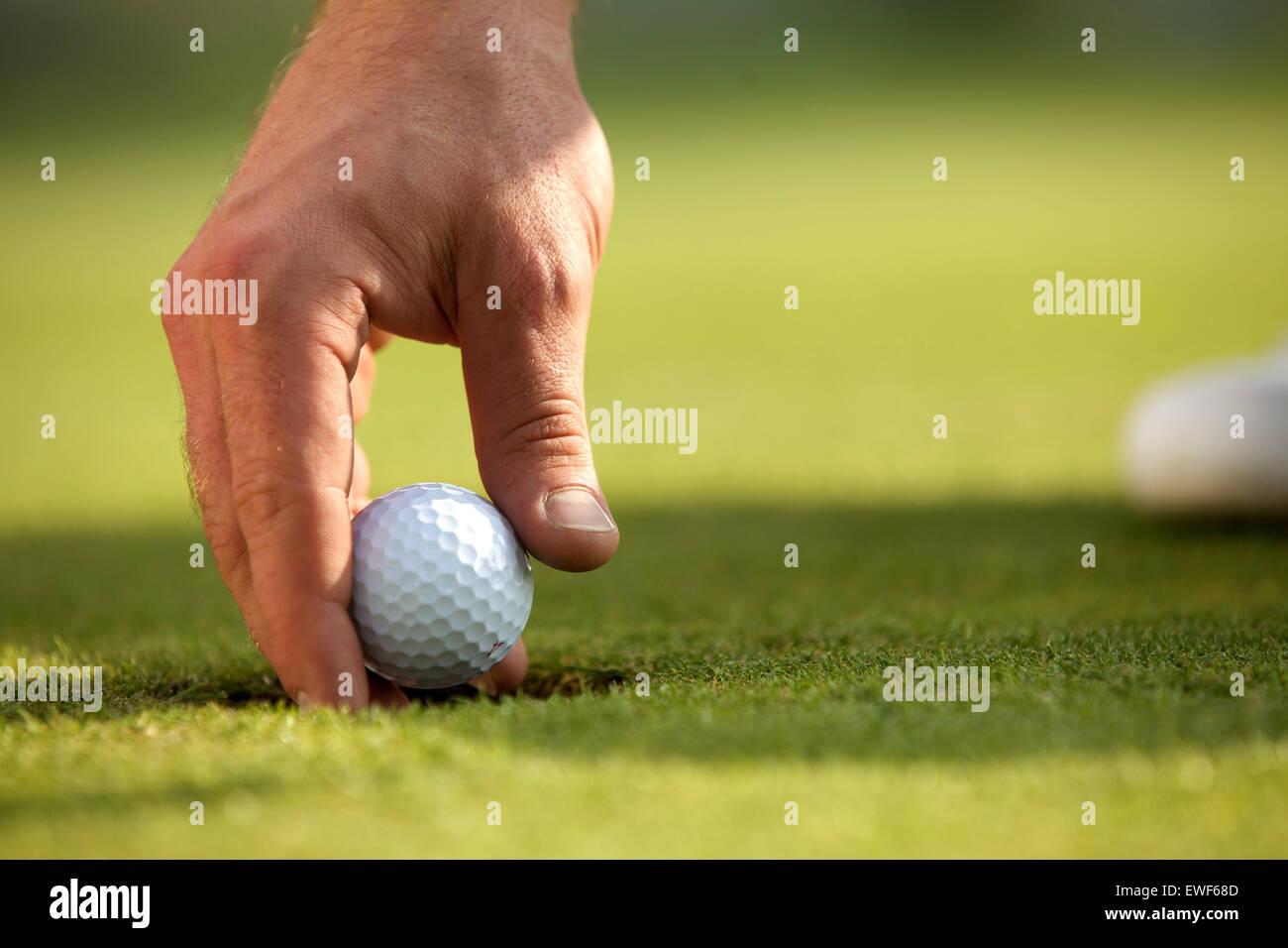 Persona in possesso di palla da golf, close-up Immagini Stock