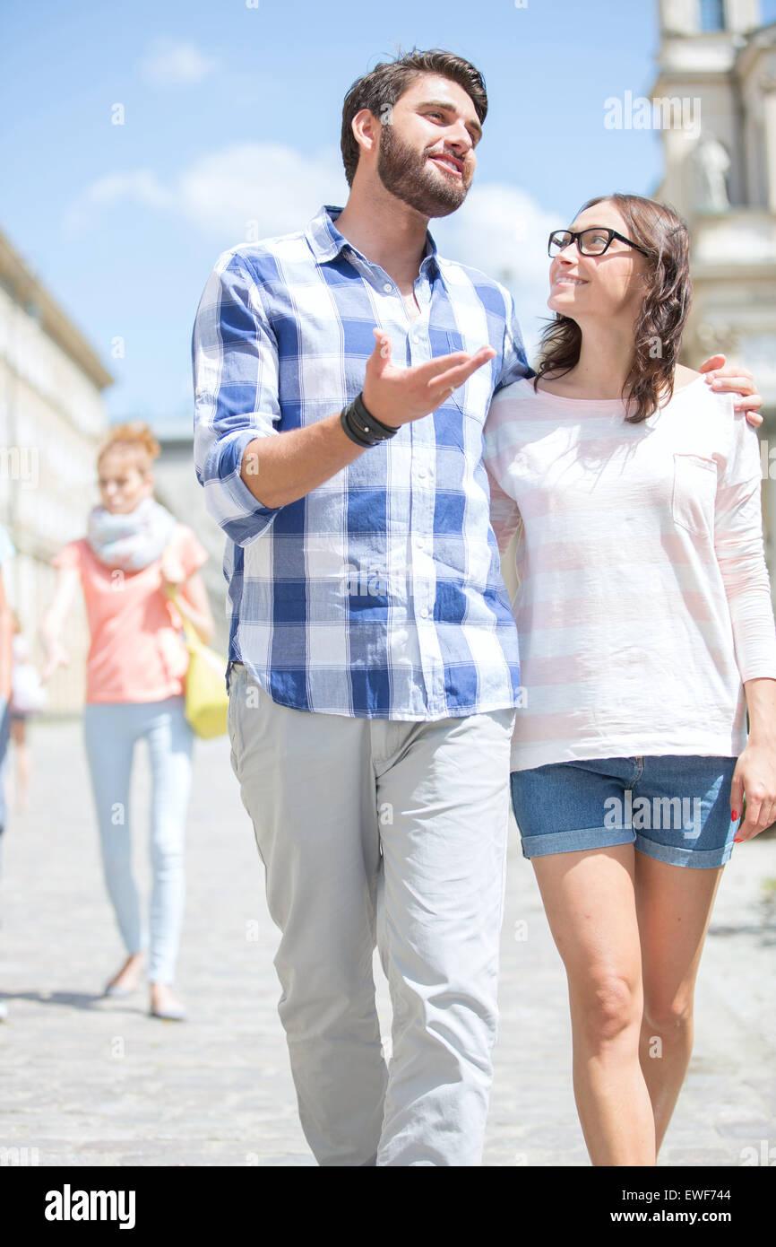 Uomo che parla di donna mentre si cammina sulla strada Foto Stock