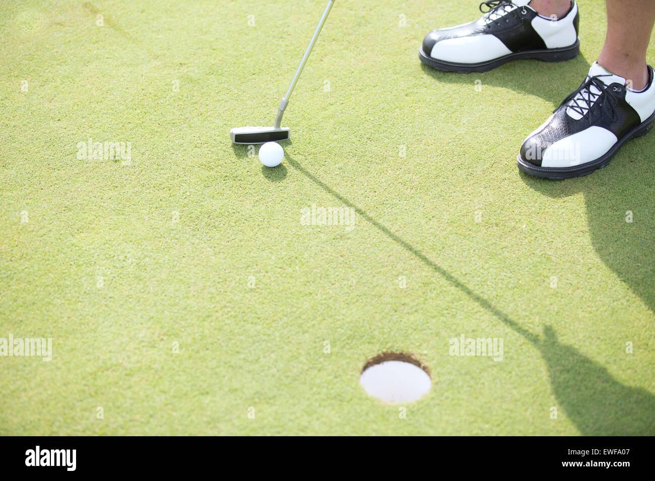 Elevato angolo di visione dell'uomo per giocare a golf Immagini Stock