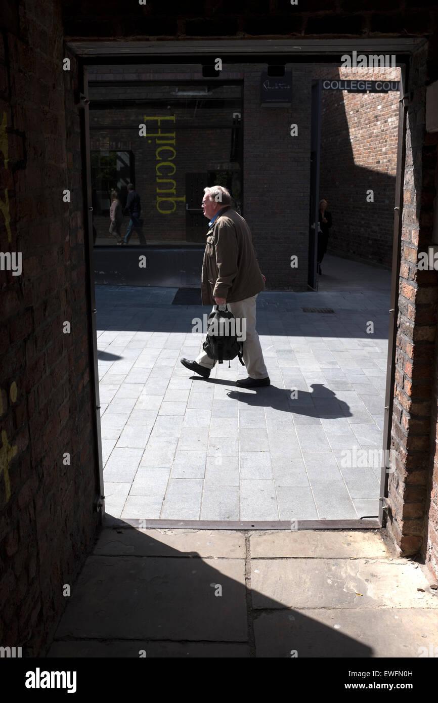 L'uomo il sole in ombra il momento decisivo Immagini Stock