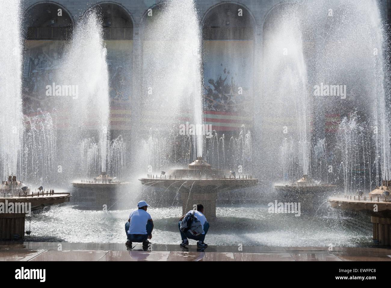 Fontane a piazza Ala-Too. Bishkek. Il Kirghizistan. In Asia centrale. Immagini Stock