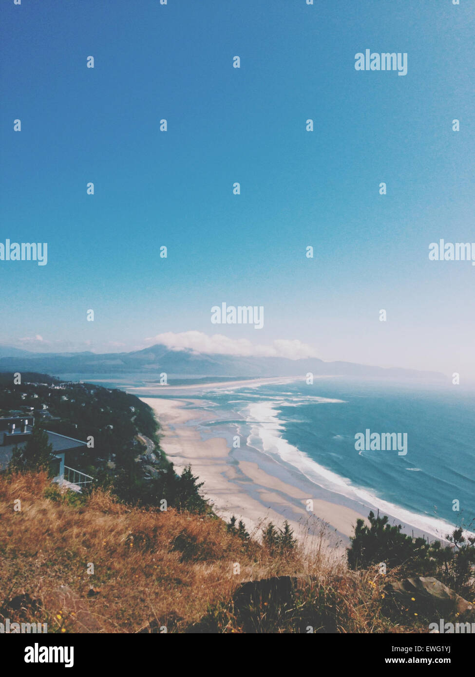 Hill orizzonte litorale di sabbia acqua di marea beach coast ocean shore esterna onde sky Scenic Vista dalla collina Immagini Stock