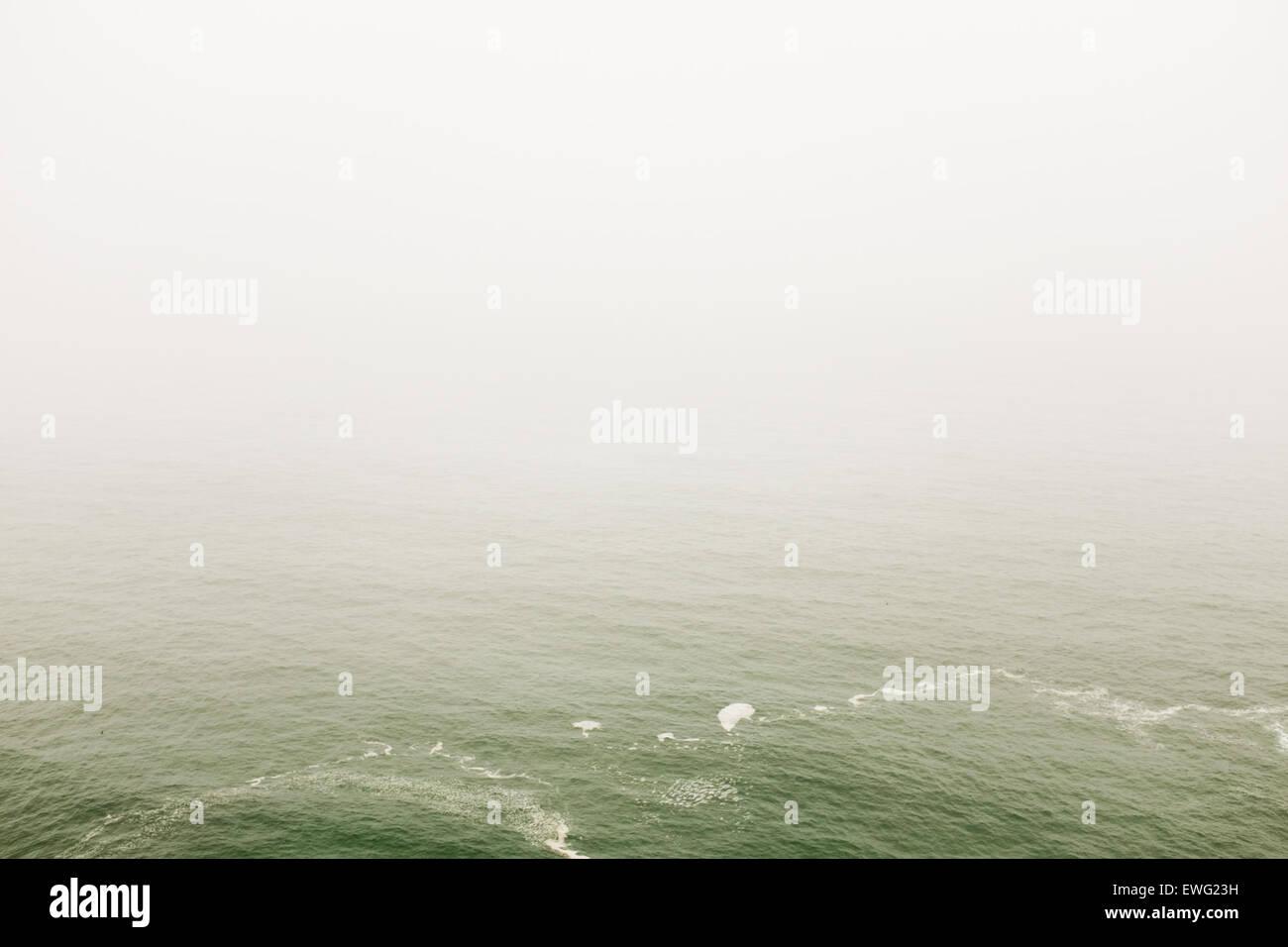 Oceano bianco acqua acqua minimalista sfondo bianco sfondo all'aperto oceano onde del mare bianco Immagini Stock