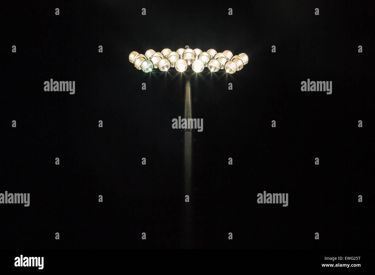 Lo stadio di brillante luce su sfondo nero Immagini Stock