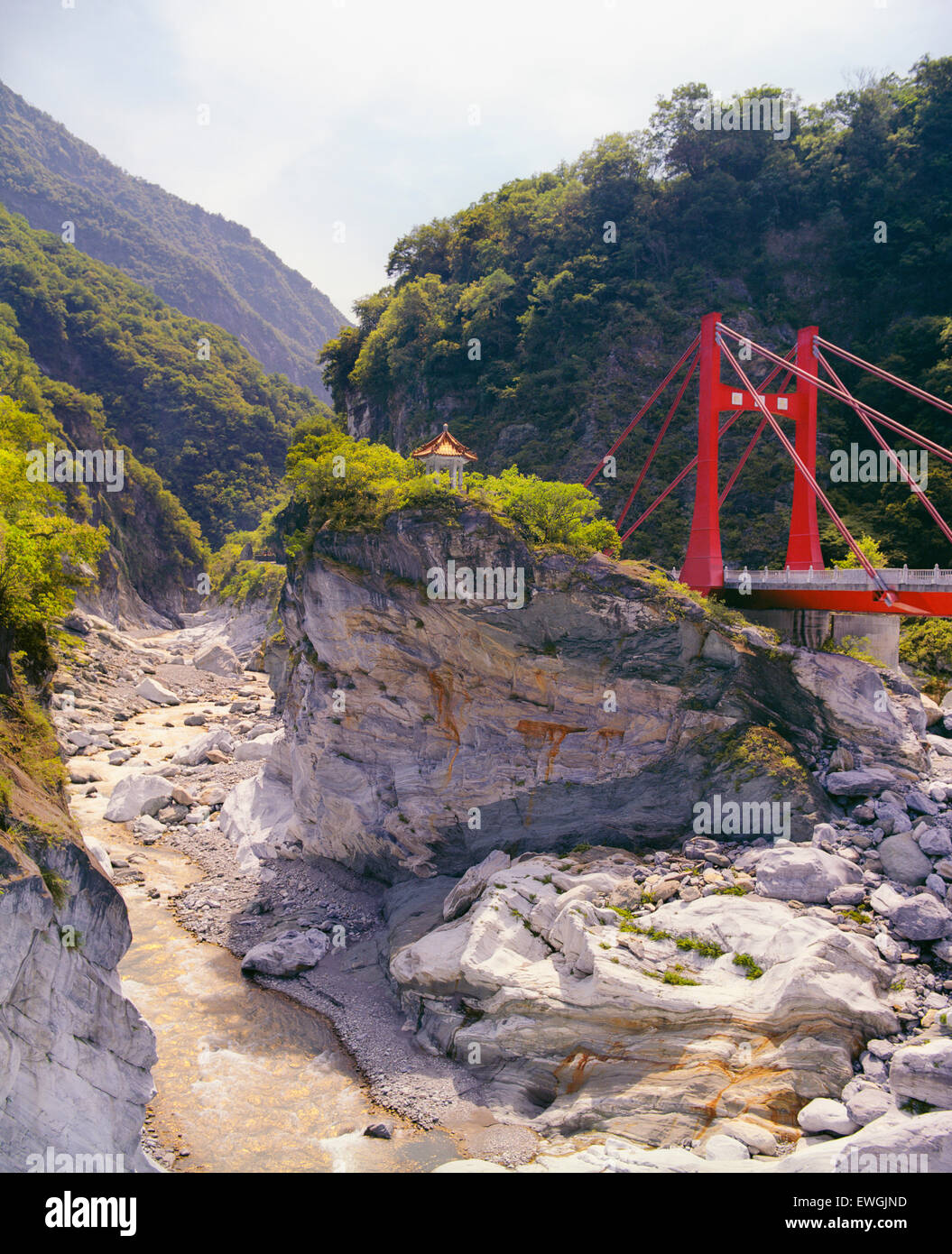 Cihmu Bridge e una piccola pagoda a Taroko National Park .Taiwan, in Asia. Immagini Stock