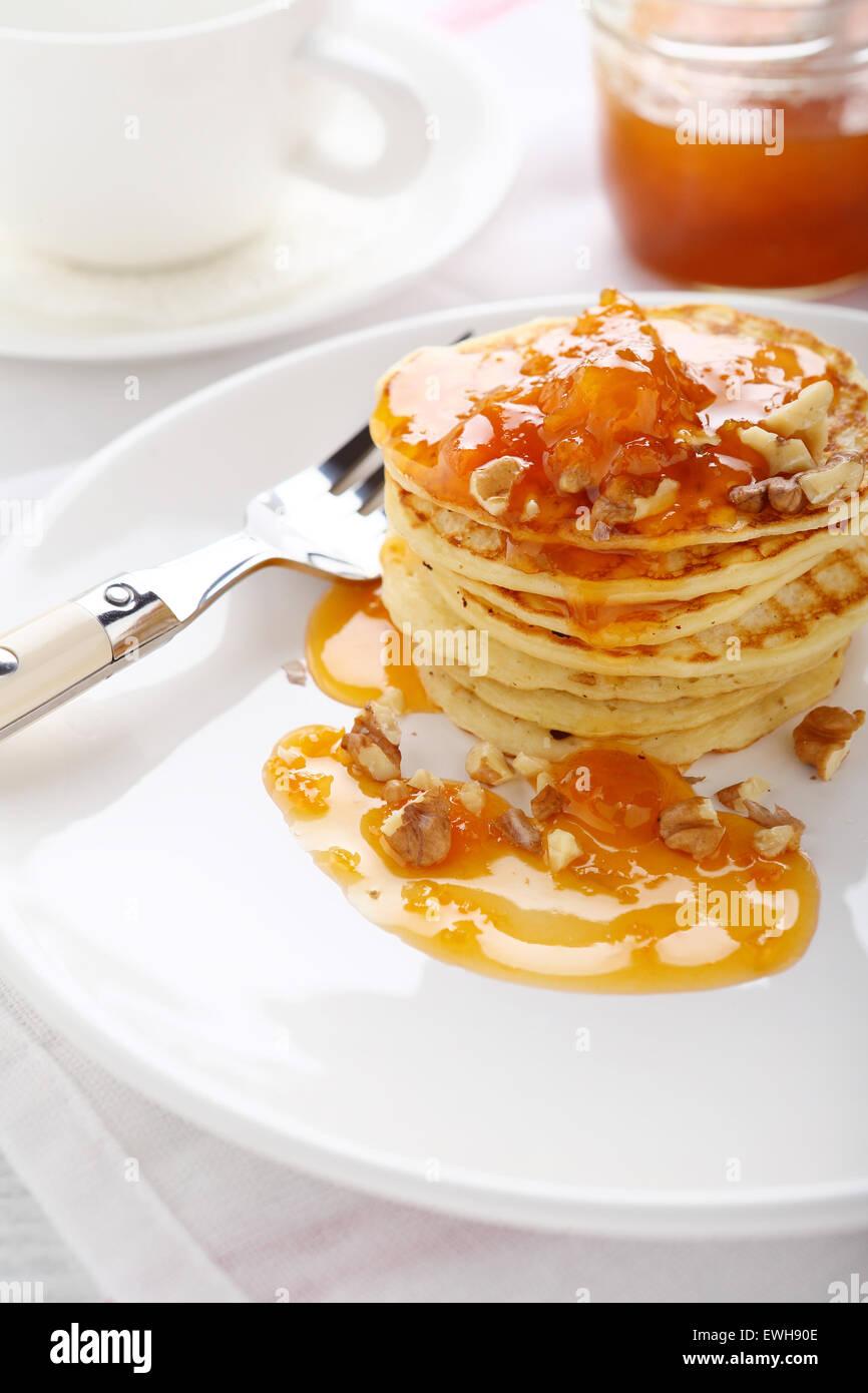 Frittelle con marmellata, cibo gustoso Immagini Stock