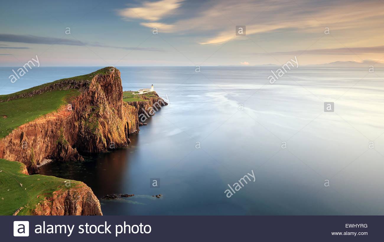 Neist Point e il faro dell'isola di Sky in Scozia. Fotografato appena prima del tramonto. Foto Stock