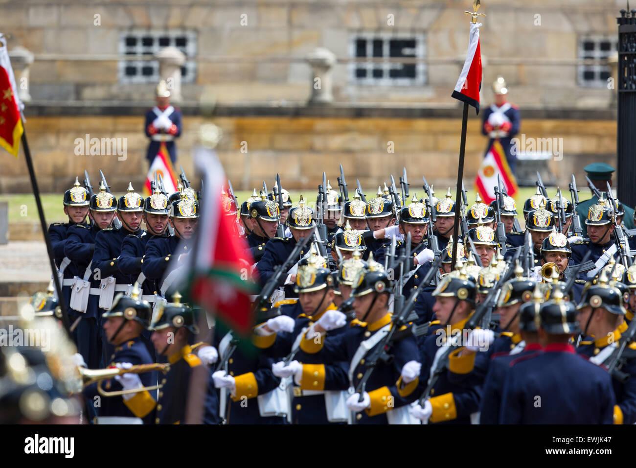 Il cerimoniale di guardia e marching band militare arrivando alla residenza del Presidente a Bogotà, Colombia Immagini Stock