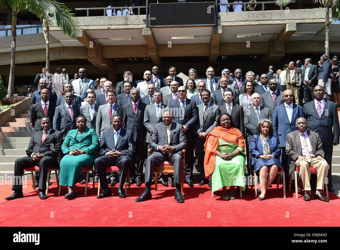 (150627)-- NAIROBI, 27 giugno 2015 (Xinhua) -- Il Presidente keniano Uhuru Kenyatta (C, anteriore) pone con i delegati Immagini Stock