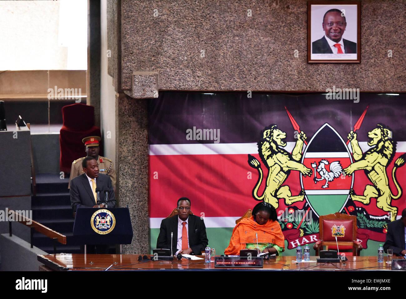 (150627)-- NAIROBI, 27 giugno 2015 (Xinhua) -- Il Presidente keniano Uhuru Kenyatta (1L) offre un discorso di chiusura Immagini Stock