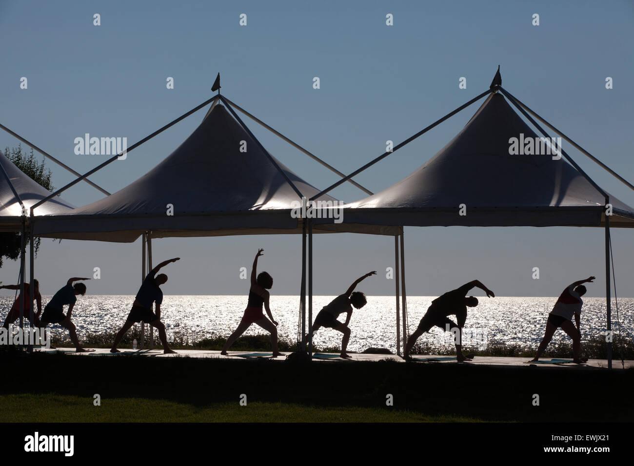 Esercizi yoga classe nella luce della sera, LEMNO, isole greche del Mar Egeo, Grecia Immagini Stock