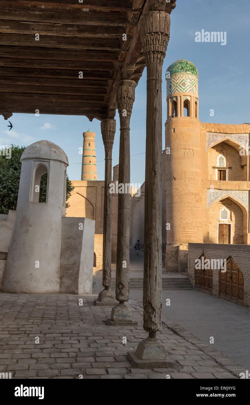 Le colonne di legno della moschea Ak vicino alla porta orientale della antica città murata di Khiva, Uzbekistan Immagini Stock