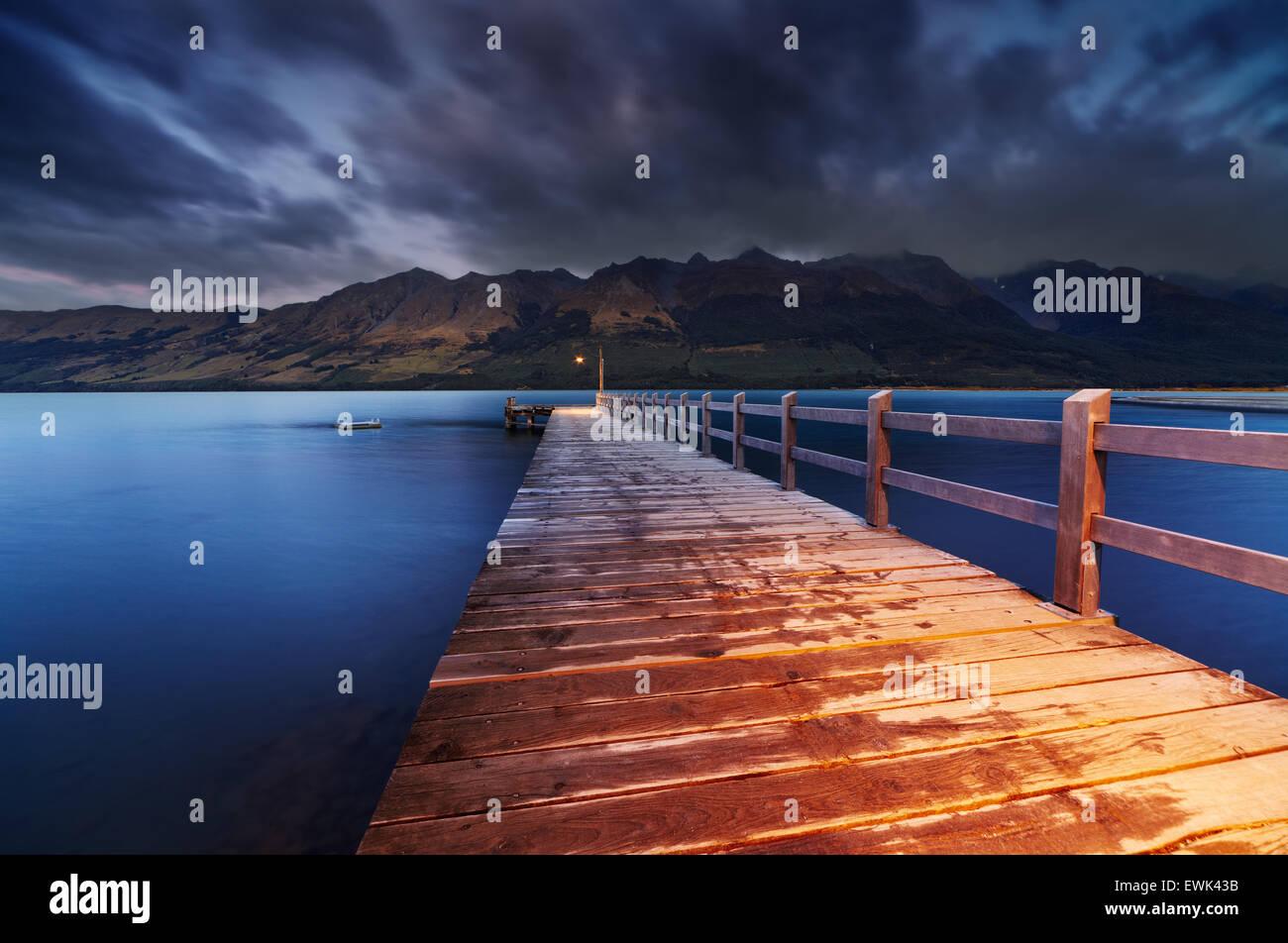 Il molo in legno, lago di Wakatipu all'alba, Glenorchy, Nuova Zelanda Immagini Stock
