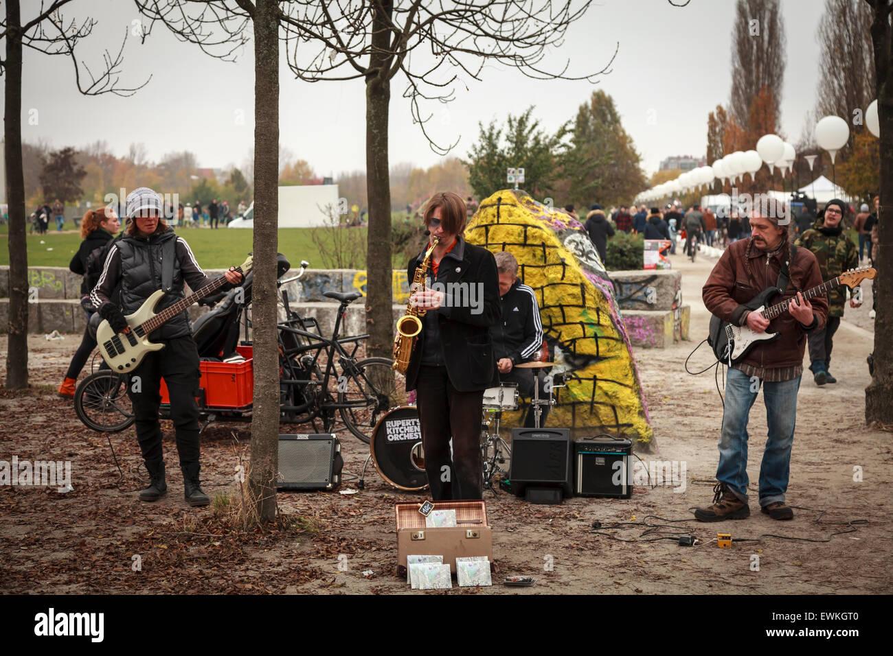Rupert's Kitchen Orchestra suona alla Mauerpark festeggia il venticinquesimo anniversario della caduta del muro Immagini Stock