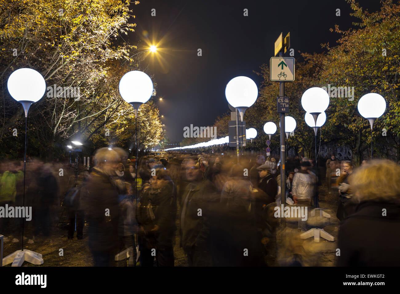 La gente in attesa del rilascio di palloncini nel cielo notturno per celebrare i 25 anni dalla caduta del muro di Immagini Stock
