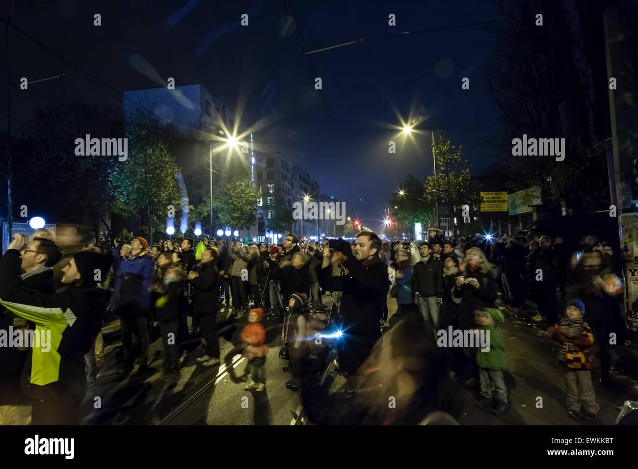 Palloncini vengono rilasciati nel cielo notturno per celebrare i 25 anni dalla caduta del muro di Berlino. Immagini Stock