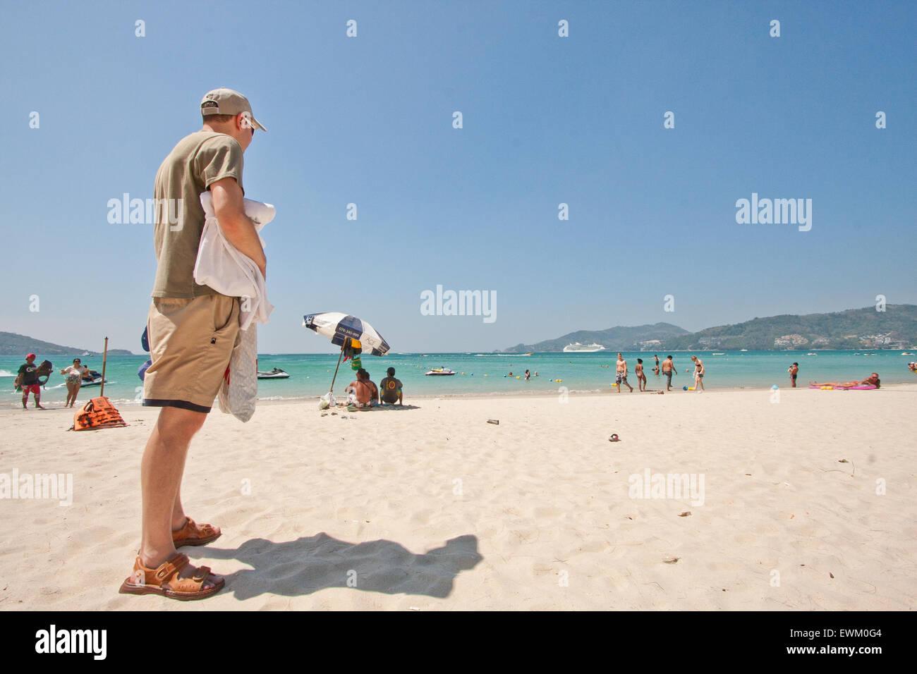 Turist su una spiaggia in Thailandia Phuket, Patong, sandali Immagini Stock
