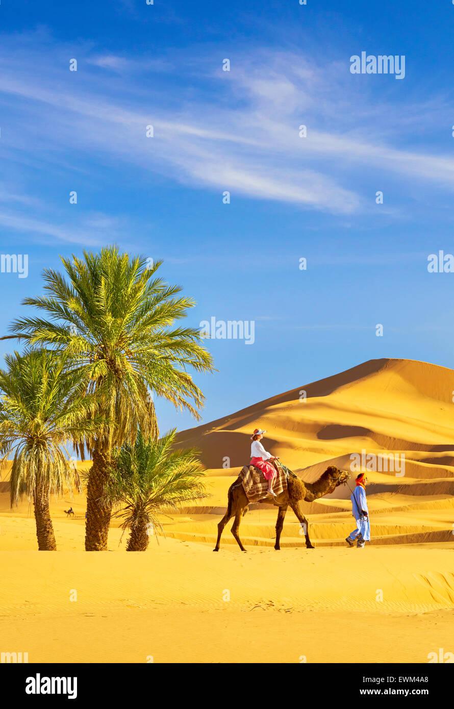 Turisti in giro in cammello, Erg Chebbi deserto vicino a Merzouga, Sahara, Marocco Immagini Stock