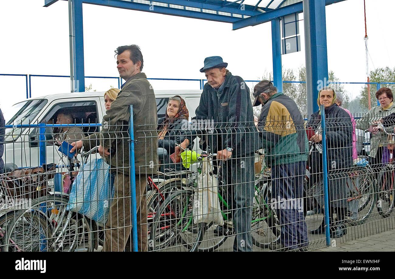 L'Ucraina i cittadini di attendere in linea per fare shopping giornaliero IN ROMANIA Immagini Stock