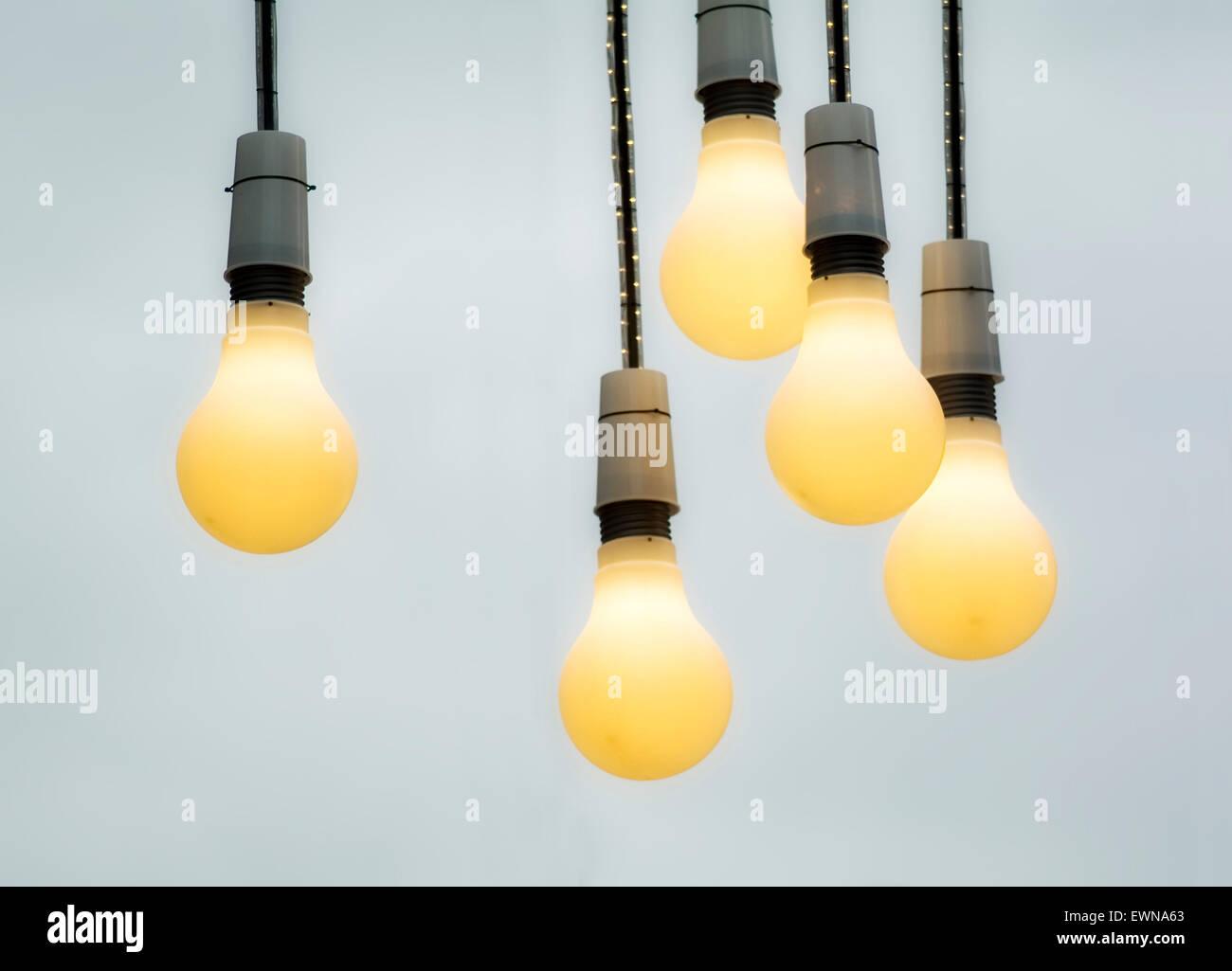 Grandi lampade pendenti in una strada come illuminazione natale