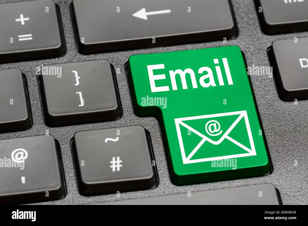 Tastiera del computer con un apposito tasto di posta elettronica. Immagini Stock