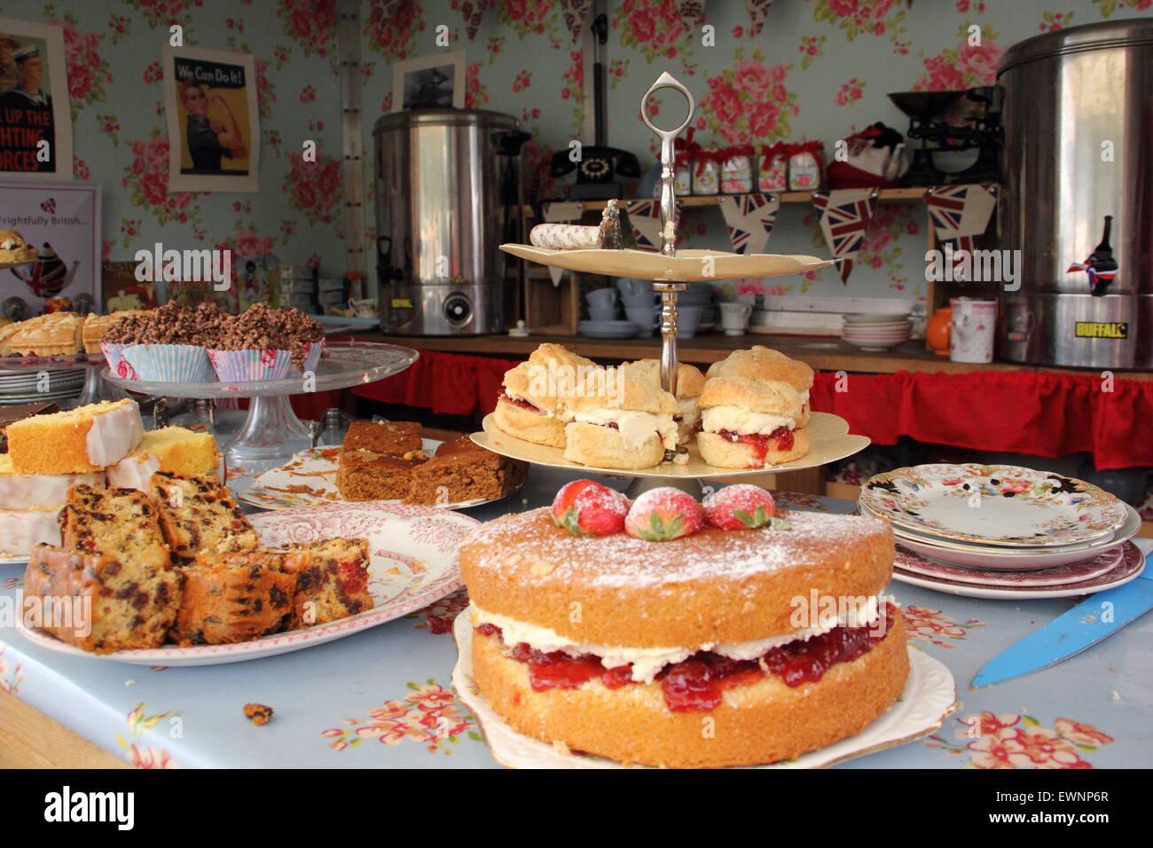 Bollitore per tè e torte in un pop-up sala da tè un tradizionale British summer festival, Bakewell, Peak Immagini Stock