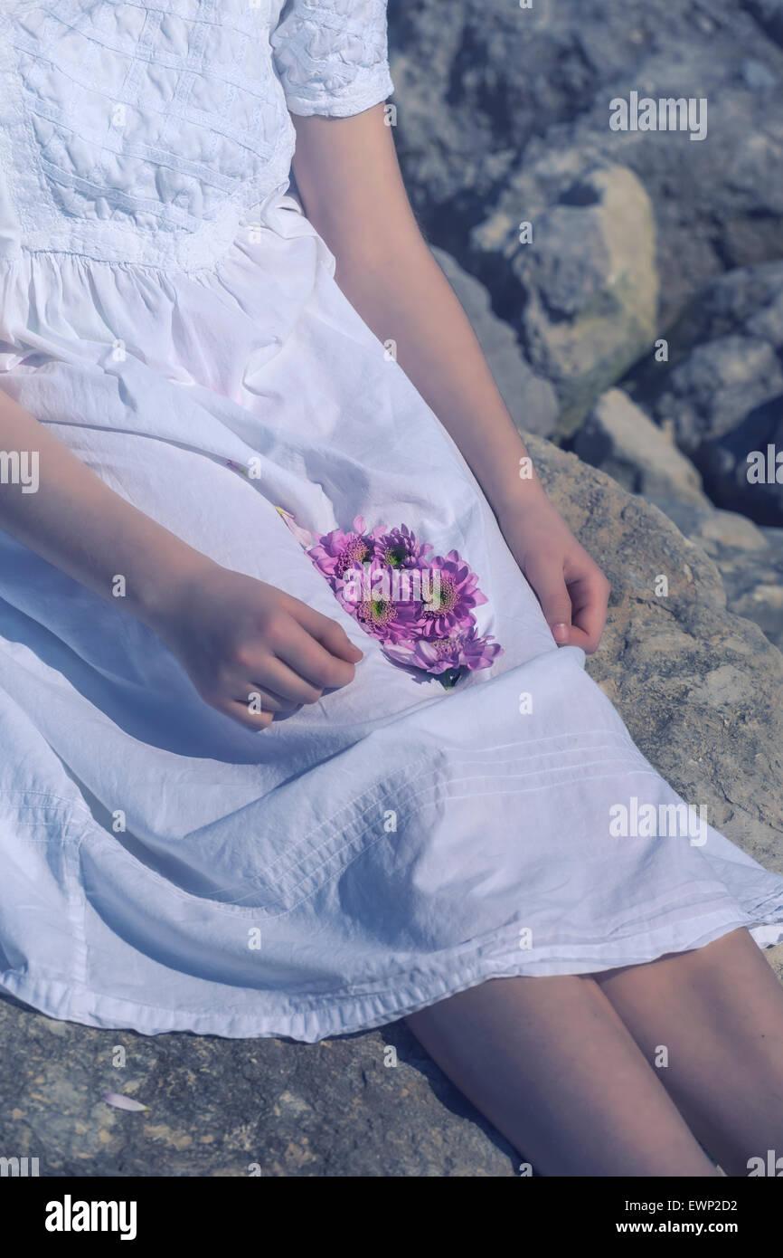 Una ragazza è in possesso di fiori nel suo giro Immagini Stock