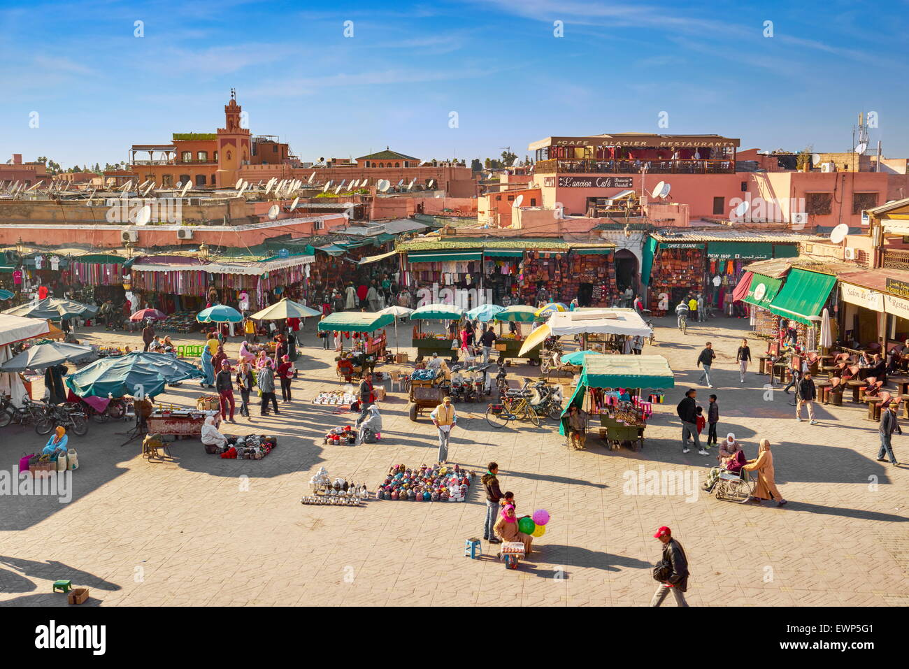 Marrakech. Piazza Jemaa el Fna nel primo pomeriggio. Il Marocco Immagini Stock