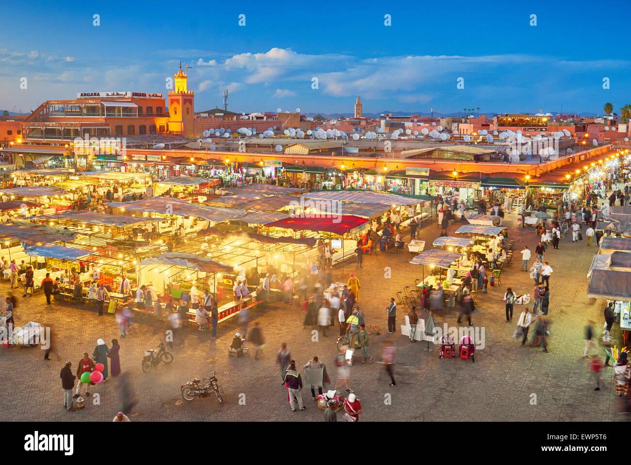 Djemaa el Fna al crepuscolo, Medina di Marrakech, Marocco, Africa Immagini Stock