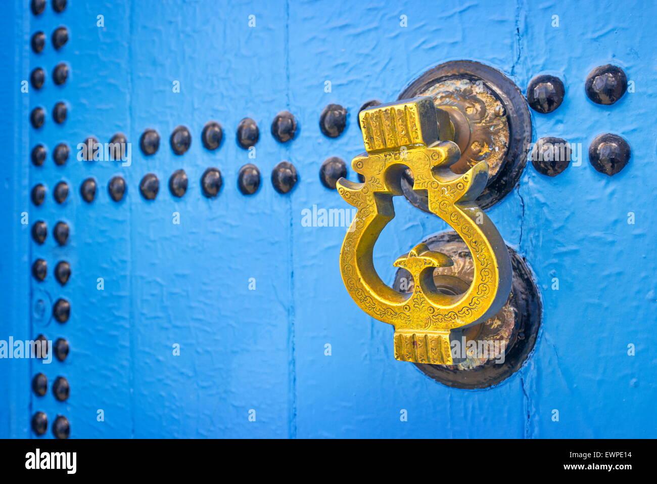 Porta respingente, Chefchaouen (Chaouen) noto come città blu, Marocco. Immagini Stock