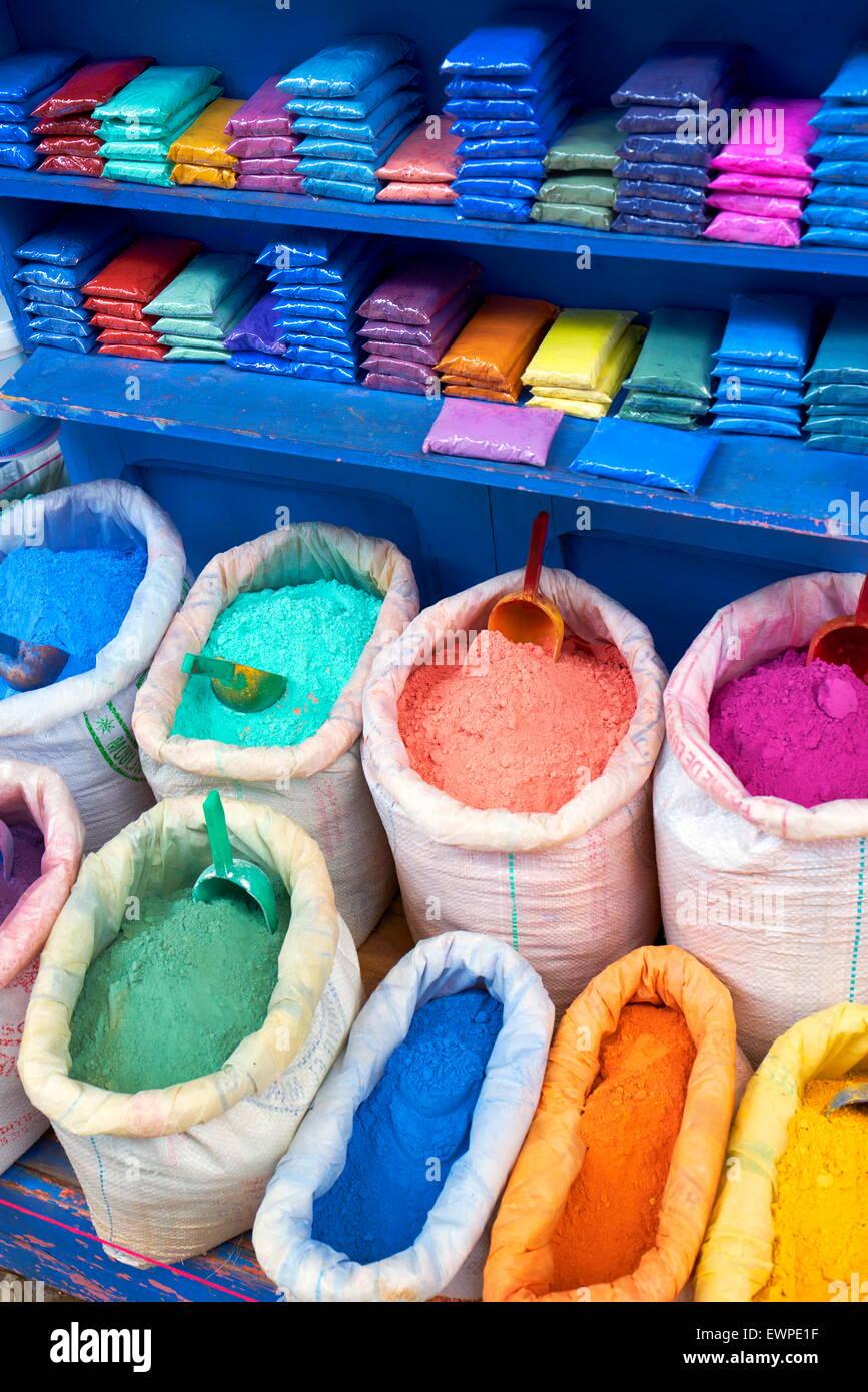 Chefchaouen (Chaouen) è nota per i suoi edifici in sfumature di blu. Sacchetti di vernice in polvere, pigmento Immagini Stock