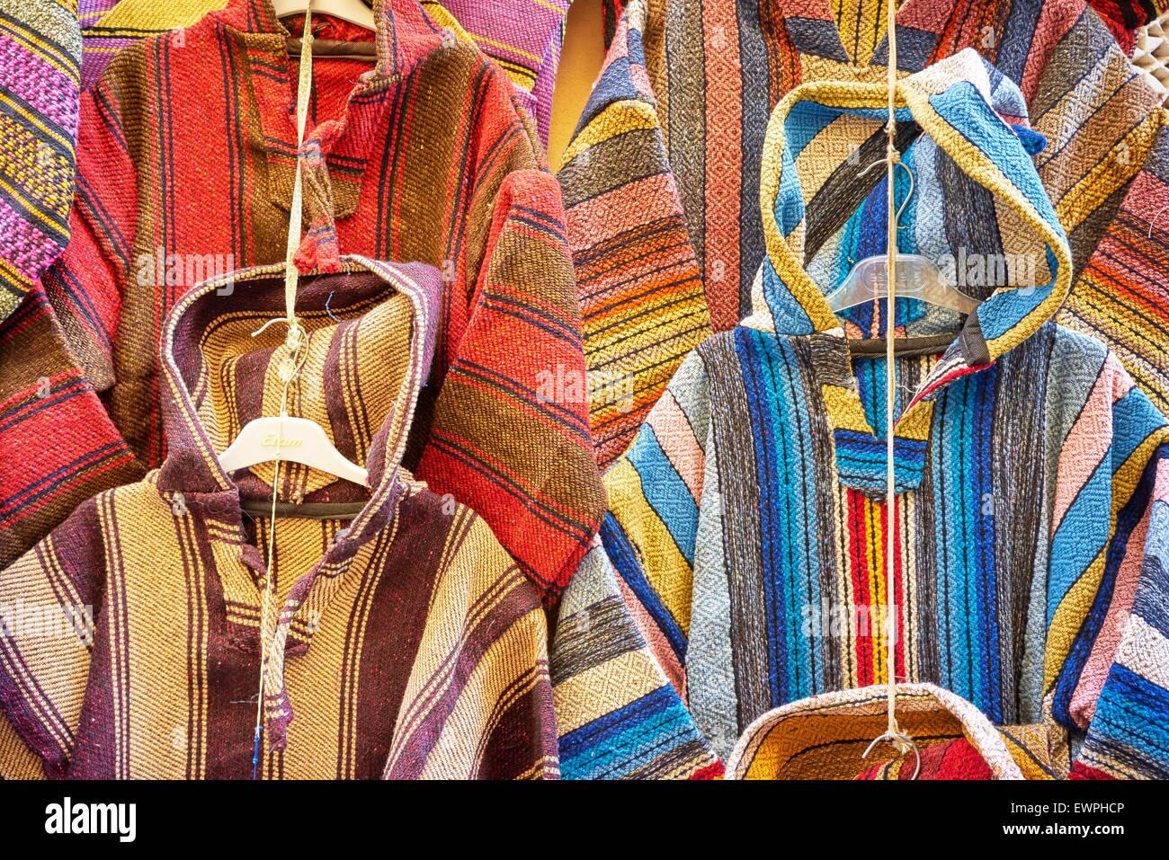 Negozio di abbigliamento. La lana djellabas, Berber Marocchino tradizionale abito. Il Marocco Foto Stock