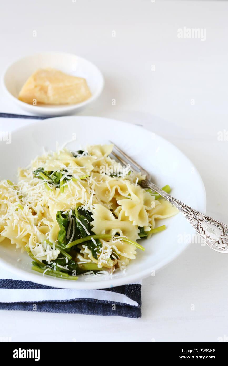 Pasta con spinaci, cibo italiano Immagini Stock