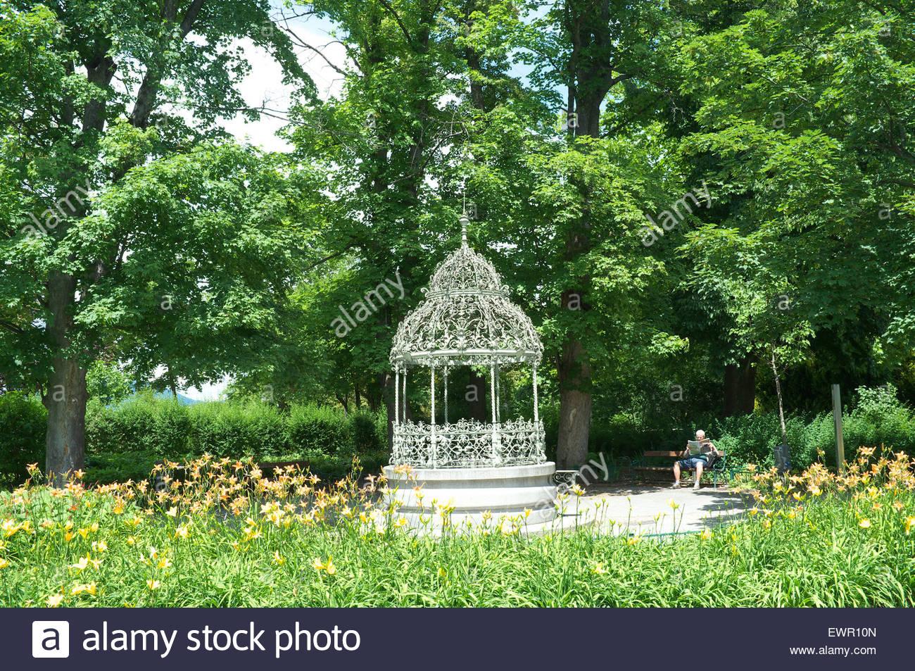Schlossberg (Castle Hill) - Il grande pozzo costruito da Domenico dell'Allio, ha un baldacchino risalente al Immagini Stock