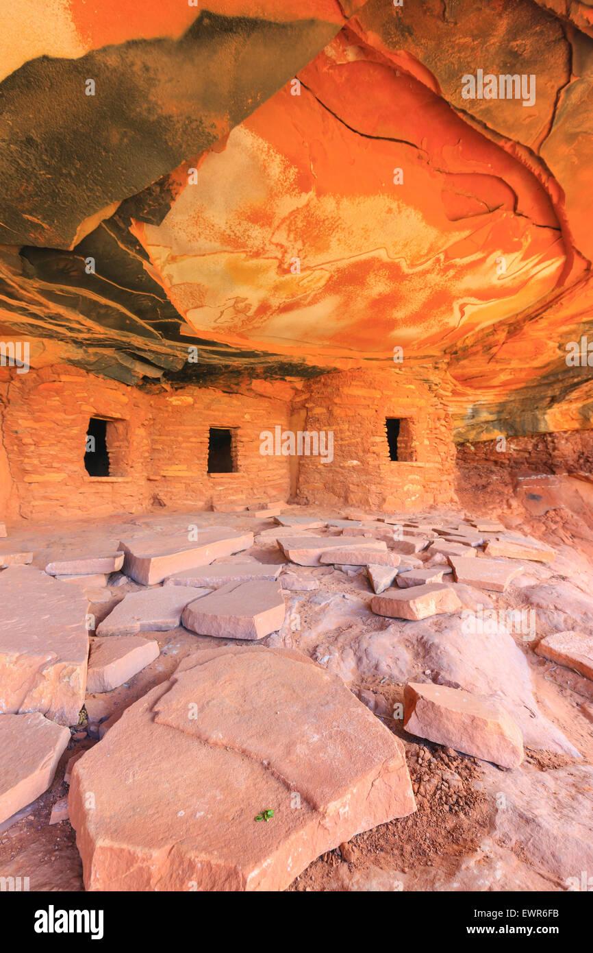 Caduto il tetto rovina, Indiano rovine nel North Fork di Mule Canyon Cedar Mesa, Utah, Stati Uniti d'America. Immagini Stock