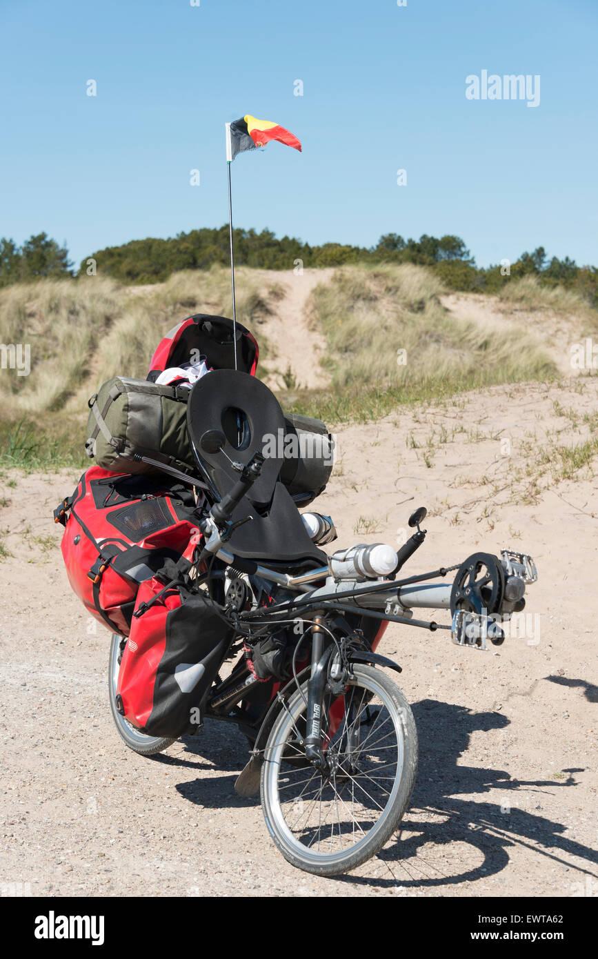 A lunga distanza per il viaggiatore bicicletta mediante la sabbia-inghiottito Chiesa sepolta, Skagen, regione dello Immagini Stock