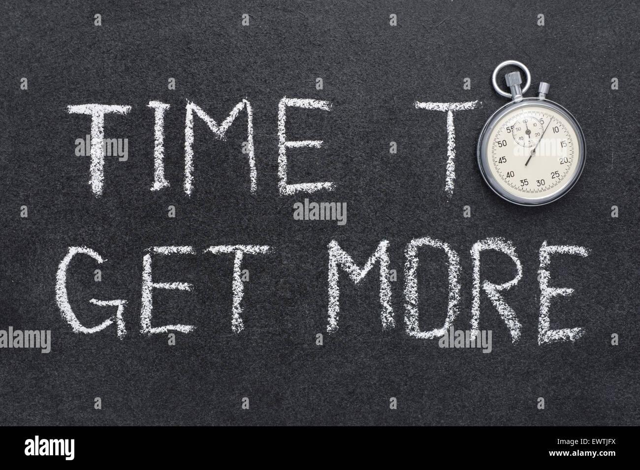 Il tempo per ottenere più concetto manoscritta su lavagna con vintage cronometro preciso utilizzato al posto Immagini Stock