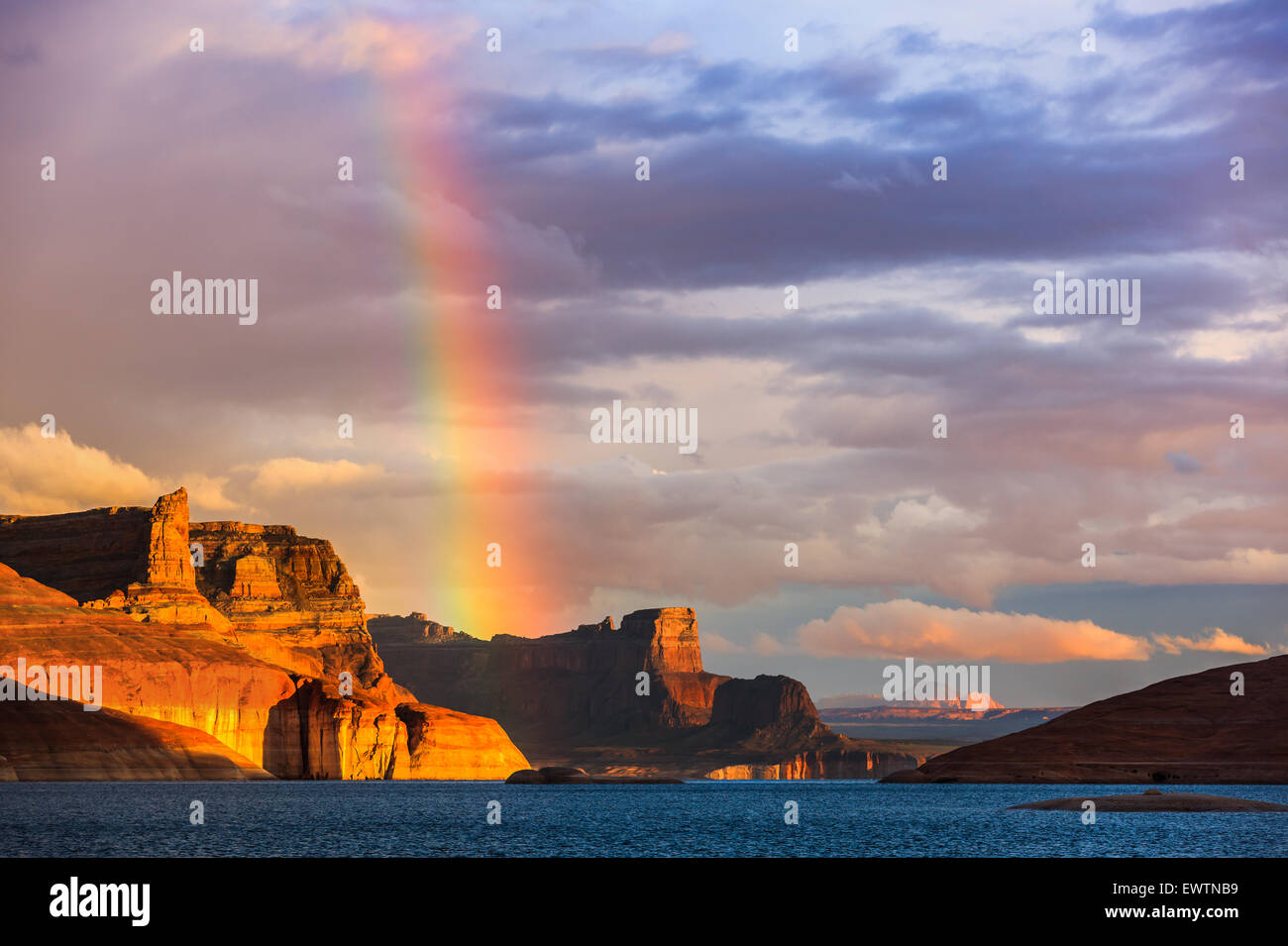 Rainbow oltre il Padre Bay, dal Cookie Jar Butte. Il Lake Powell, Utah, Stati Uniti d'America Immagini Stock