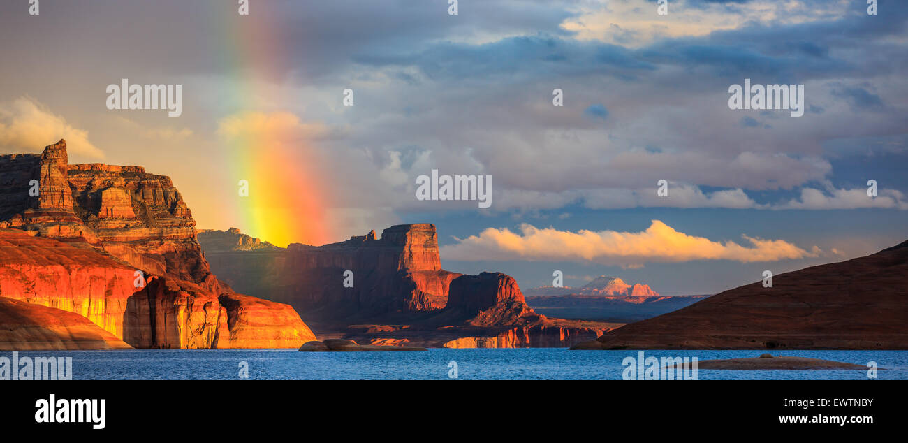 Arcobaleno nel Padre Bay, dal Cookie Jar Butte. Il Lake Powell, Utah, Stati Uniti d'America Immagini Stock