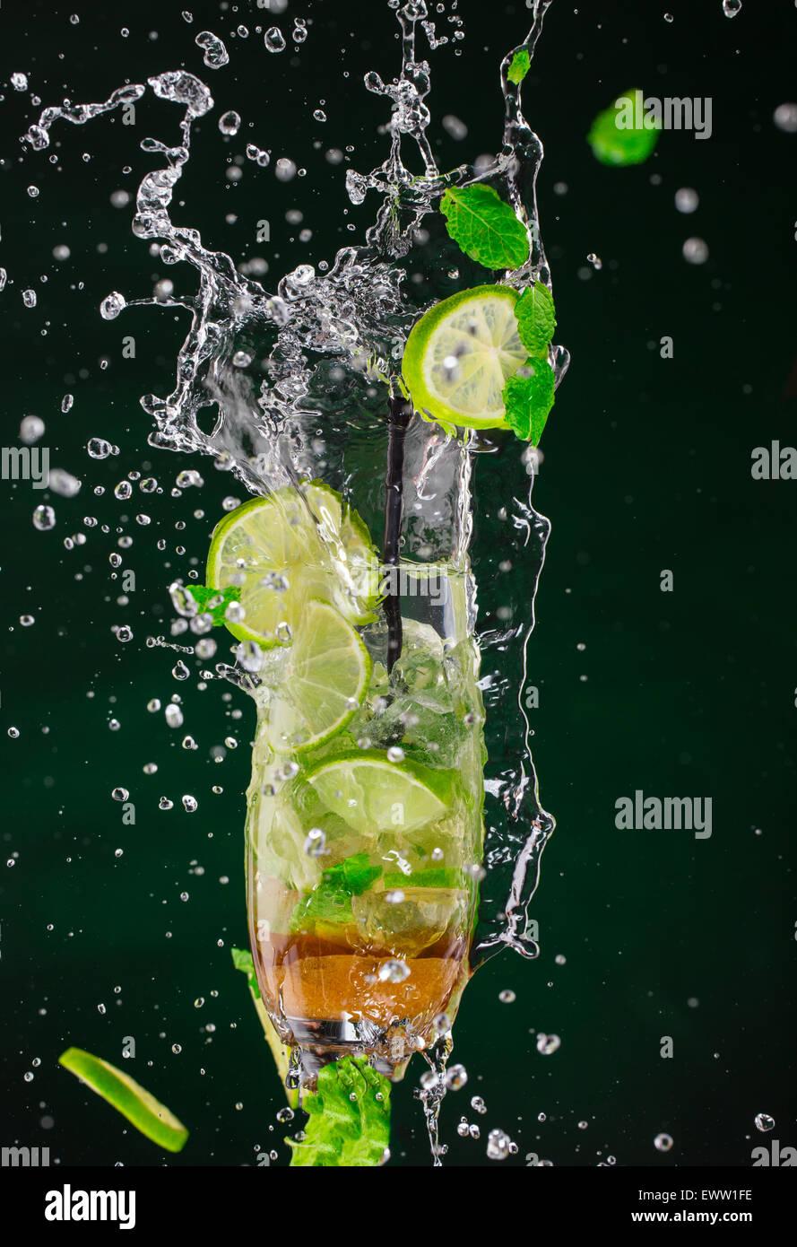 Il Mojito bere schizzi fuori con sfondo scuro Immagini Stock