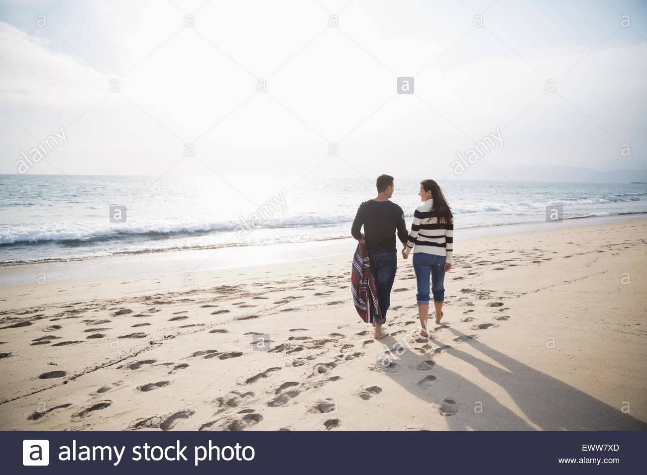 Giovane camminando sulla spiaggia Sunny Beach Immagini Stock